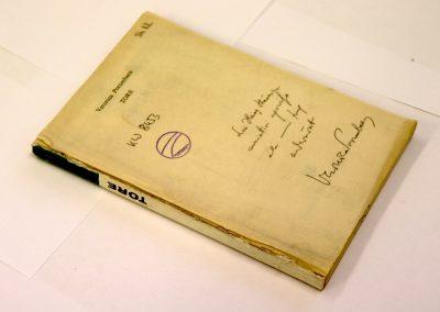 Buch mit abgerissenem Buchdeckel